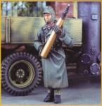 1-35-German-Artillerymen-carrying-shells