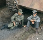 1-35-A-moment-of-rest-Tank-German-crew-WWII-2-fig