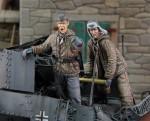 1-35-German-tankers-loading-ammo-2-fig-