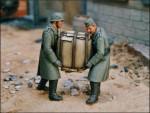 1-35-2-German-soldiers-carrying-heavy-bundles