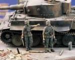 1-35-Panzergrenadiers-MG-Squad-WWII-2-figures