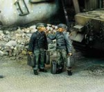 1-35-German-Tankers-with-Jerrycans-WWII