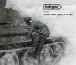 1-35-German-soldier-inspects-T-34-1941-I